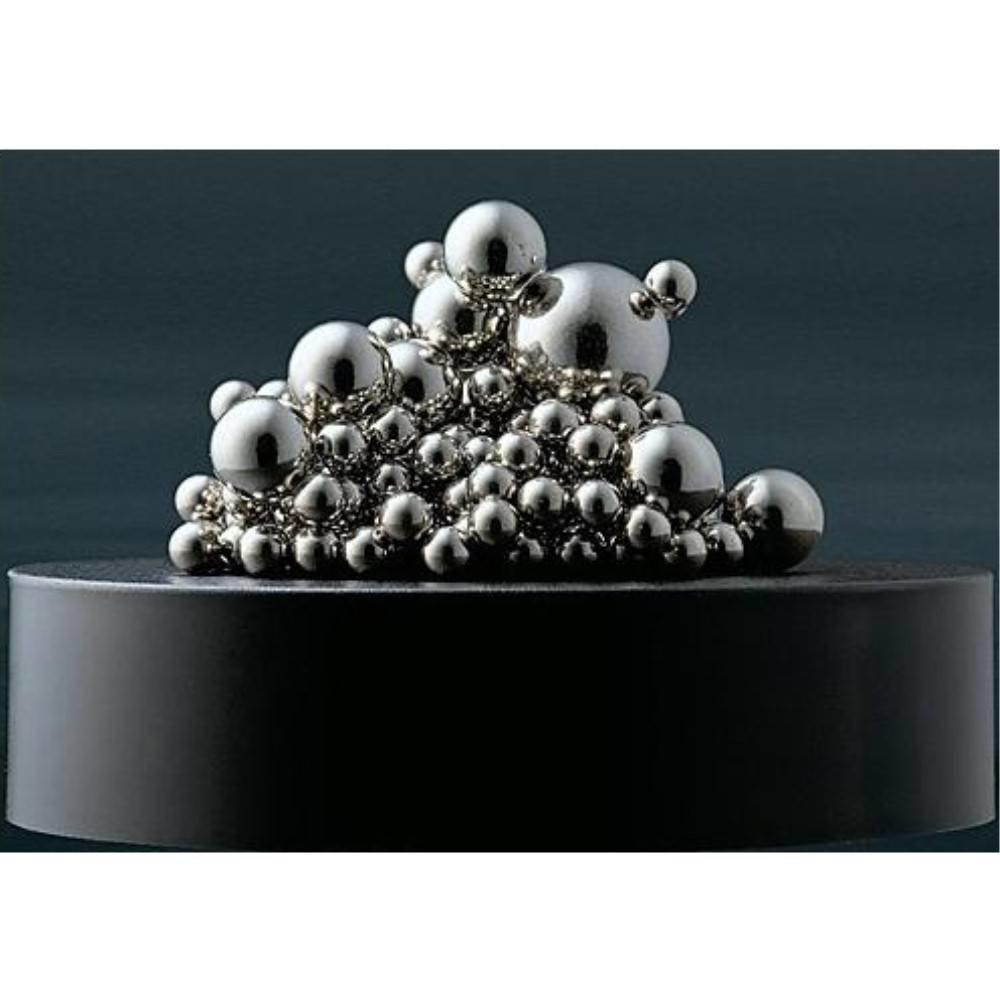 Magnetisch beeldhouwwerkje met balletjes