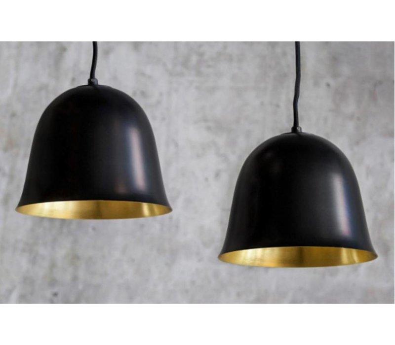 """Design-Hängelampe """"Cloche Two"""" in schwarz mit goldfarbener Innenseite."""