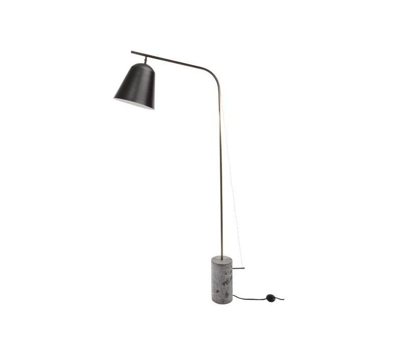 """Design-Stehlampe """"Line One"""" in der Farbe Schwarz mit unbearbeitetem Marmorfuß."""