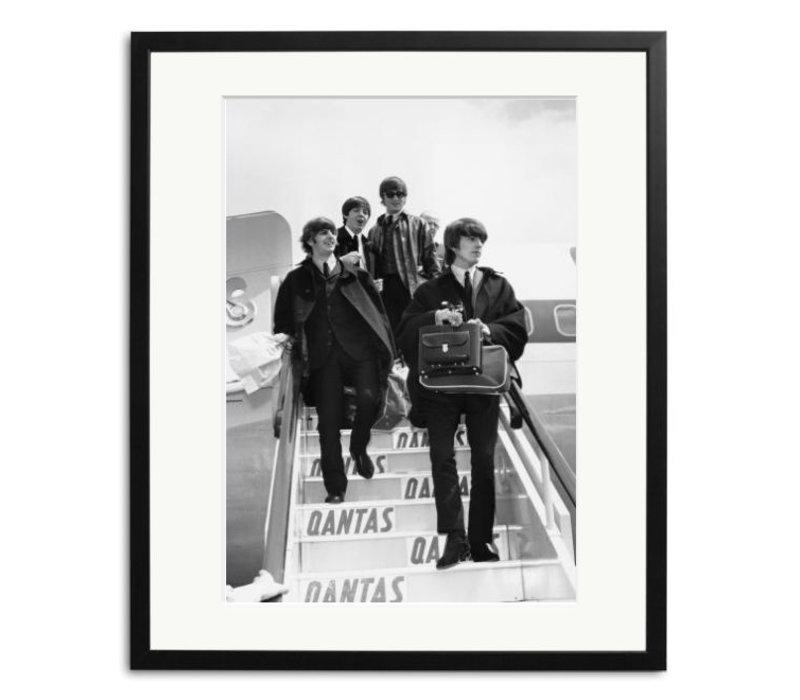 Beatles Bilder: The Beatles at London Airport Schwarz Weiß Foto eingerahmt