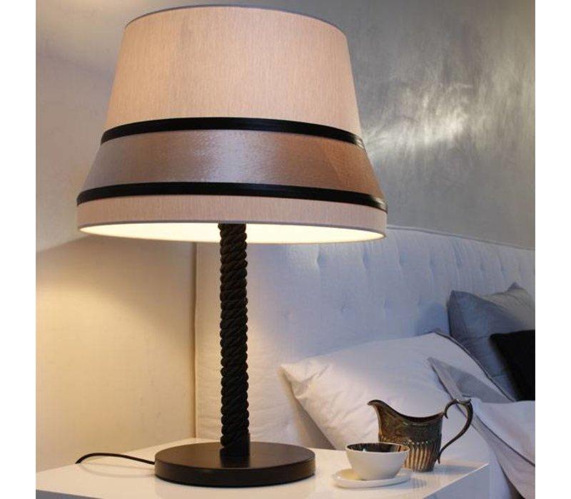 Tischlampe 'Audrey' dekoriert mit Seide Akzenten.