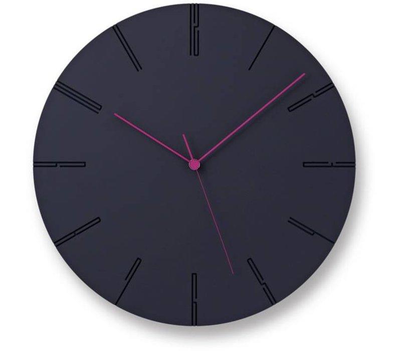 Moderne klok 'Carved II' is beschikbaar in wit en zwart.
