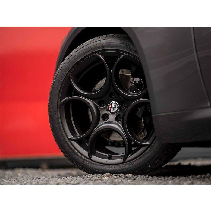 WINTER ACTIE! Giulia 18 inch wielset incl winterbanden. Type: 8C design mat zwart