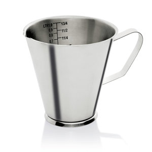 M & T  Maatbeker 1 liter op voet, met handvat . Roestvrijstaal 18/10  Met schaalverdeling van 100 ml