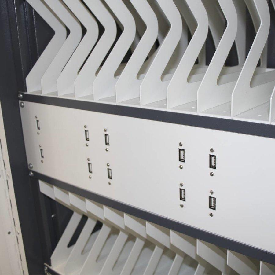 24 iPads, tablets, notebooks, verticale schappen, oplaadkast met stekkerblok, wielen en slot