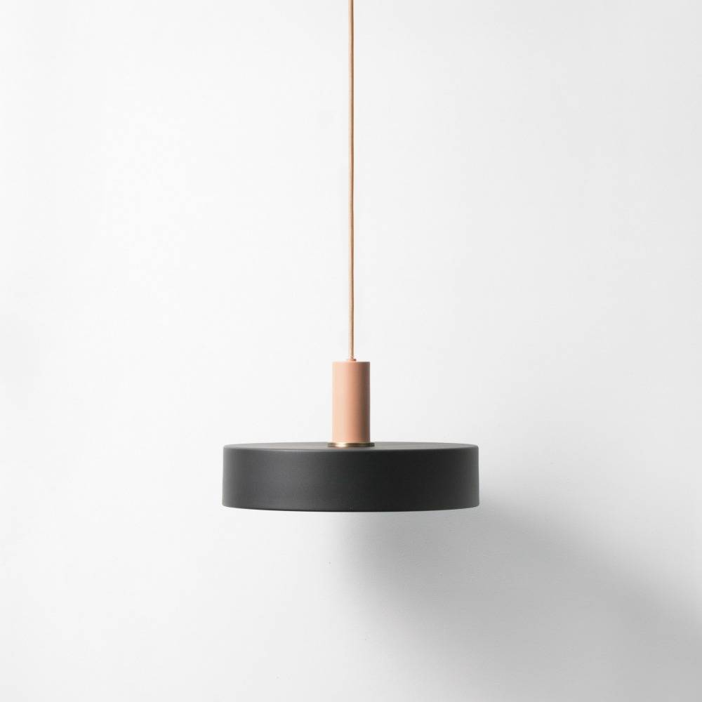 ferm living nehmen niedrig h ngende lampe schwarz pink. Black Bedroom Furniture Sets. Home Design Ideas