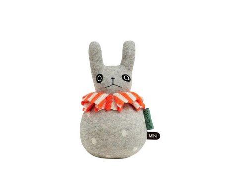 OYOY Plüschtier Kaninchen Roly-Poly hellgrau mit orangem Lätzchen, aus Baumwolle 12x22cm