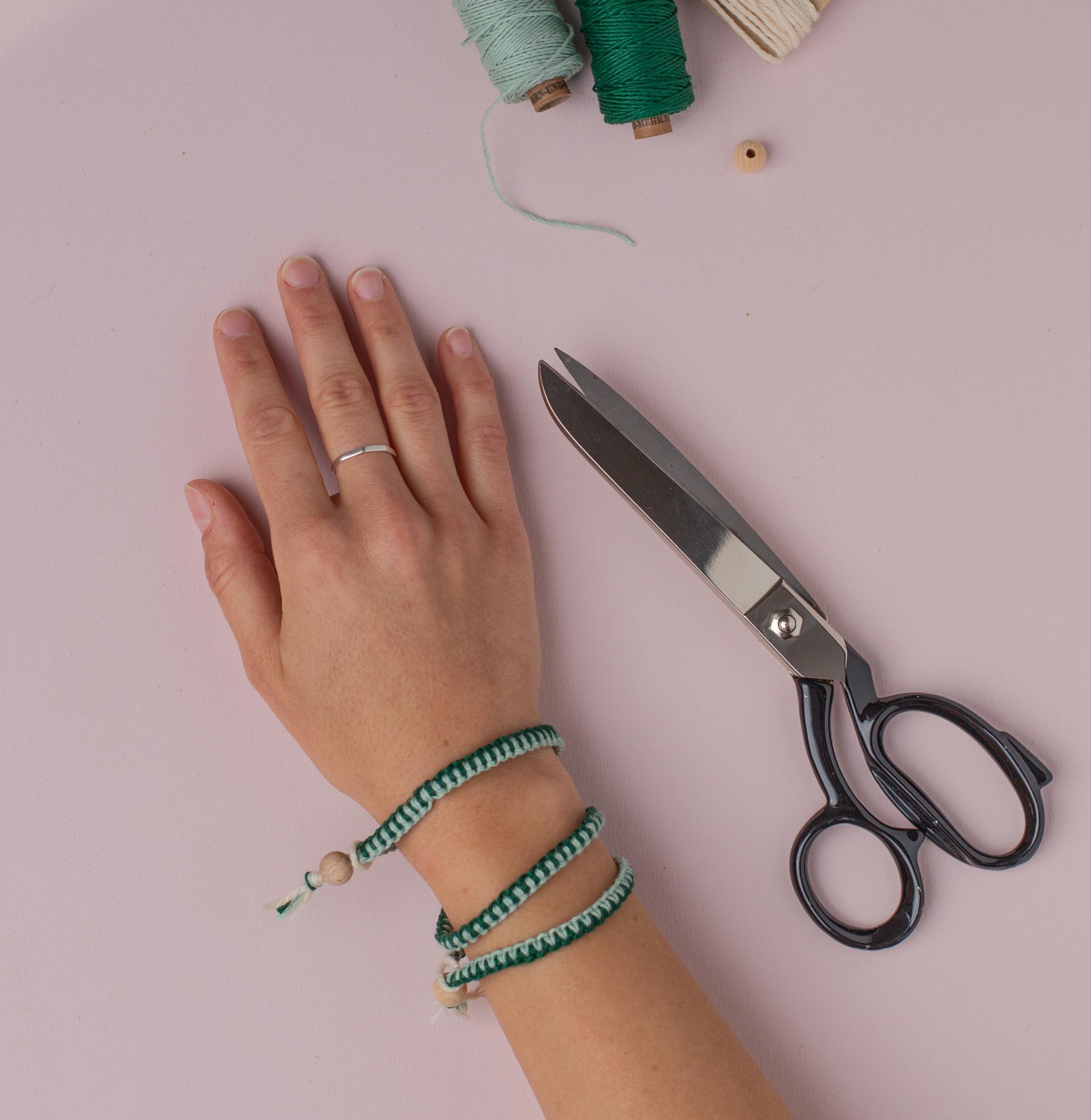 Garn & Mehr DIY kit Macrame Bracelets  (sage / hunter-green)
