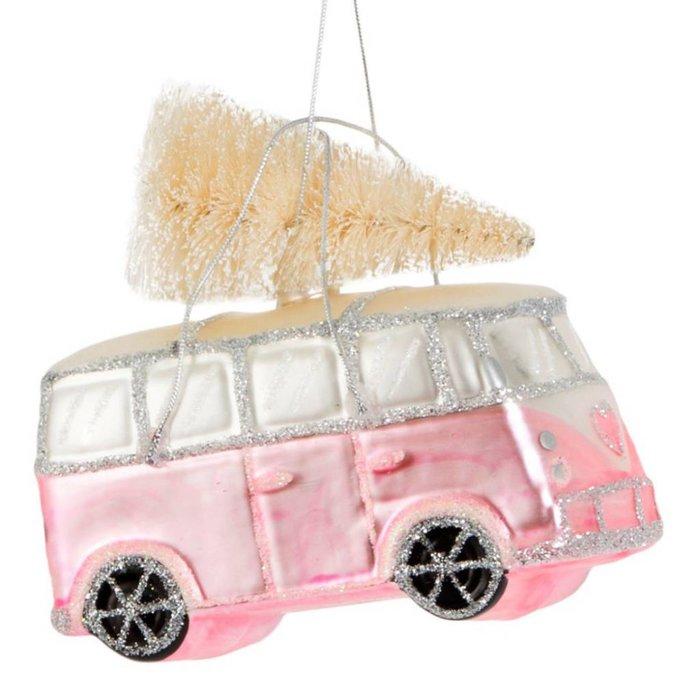 Rosafarbener VW Bus mit Weihnachtsbaum
