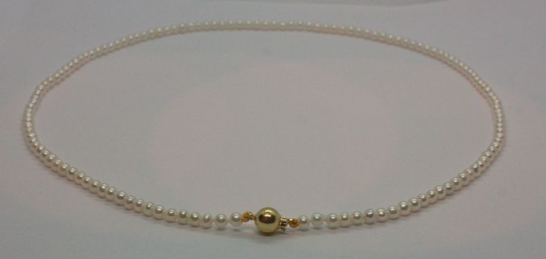 Een zoetwaterparel collier met een 14 kt. gouden bolsluiting