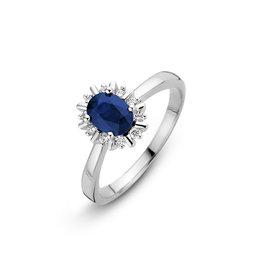 H.O.T. Een 14 krt. witgouden entourage ring met een ovale blauwe saffier