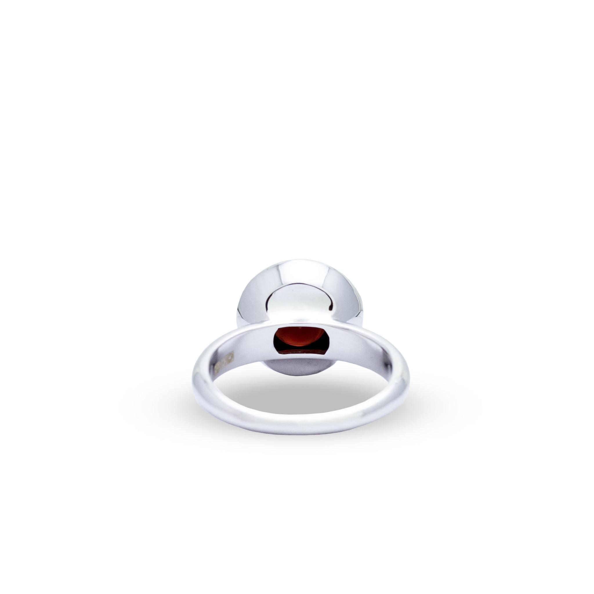 Private Label CvdK Een 18kt witgouden ring met granaat