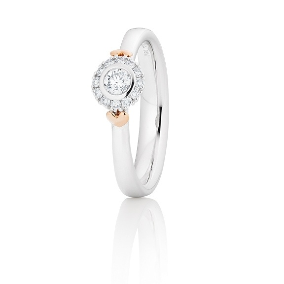 Capolavoro 18kt. witgouden entourage ring met een middensteen van 0.15ct en 12 briljantgeslepen diamantjes van 0.09ct