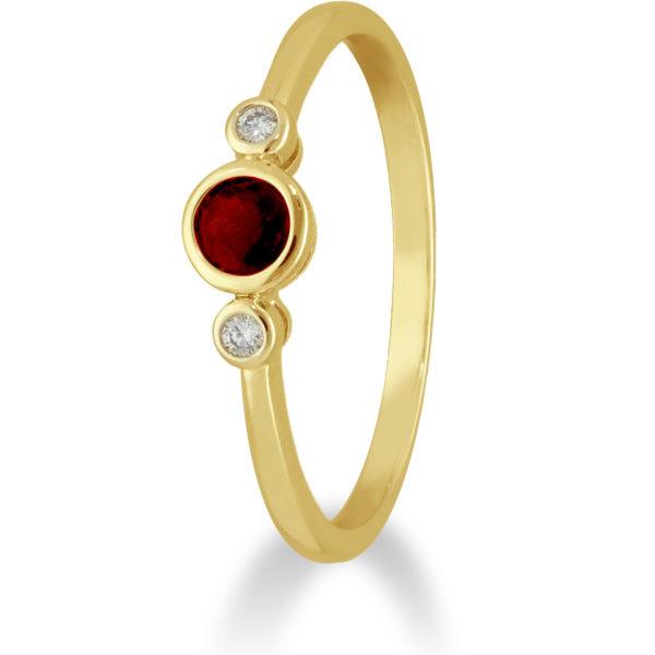 Private Label CvdK Een 14kt. geelgouden ring met 1 robijn en 2 diamantjes