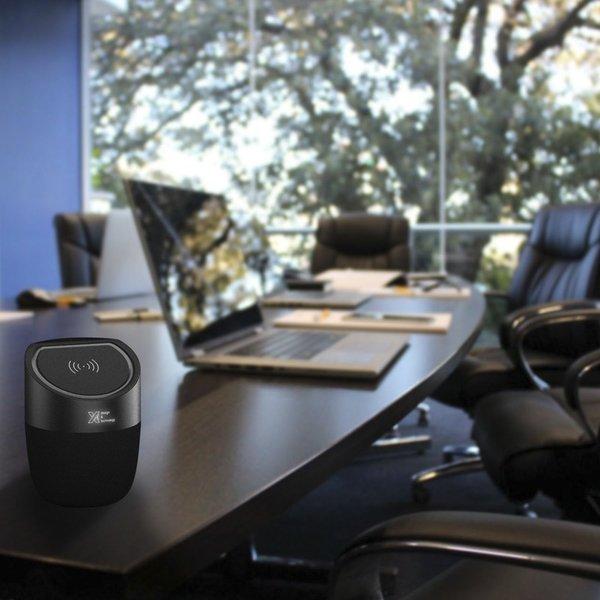 SCX Design SCX.design S45 speaker 5W voorzien van draadloze oplader met oplichtend logo.