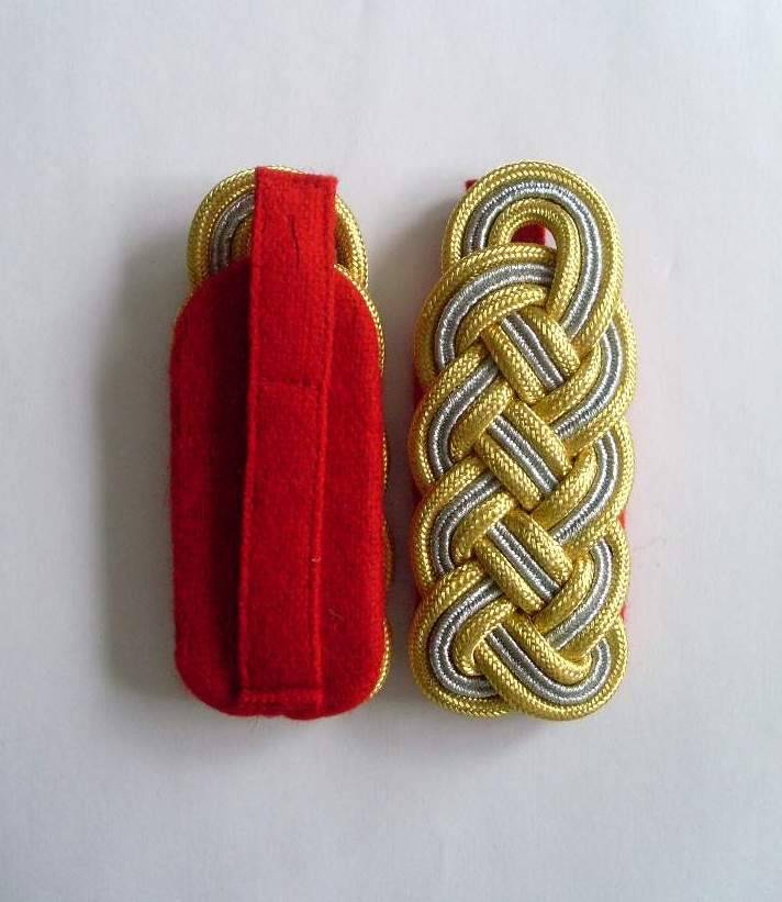WWII Heer Generals Schulterstücke auf rot mit Lasche