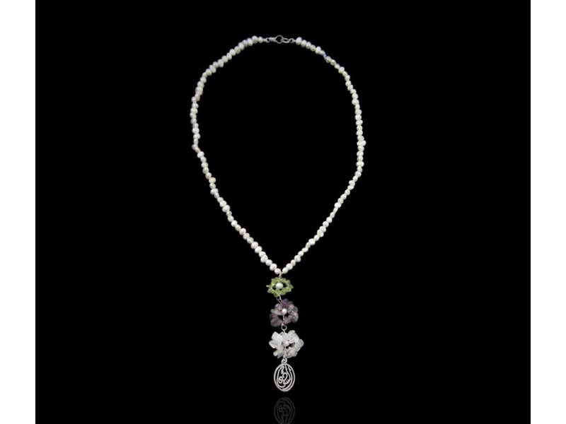 PEARL NECKLACE WITH TWO TIER FLOWERS AND WORD
