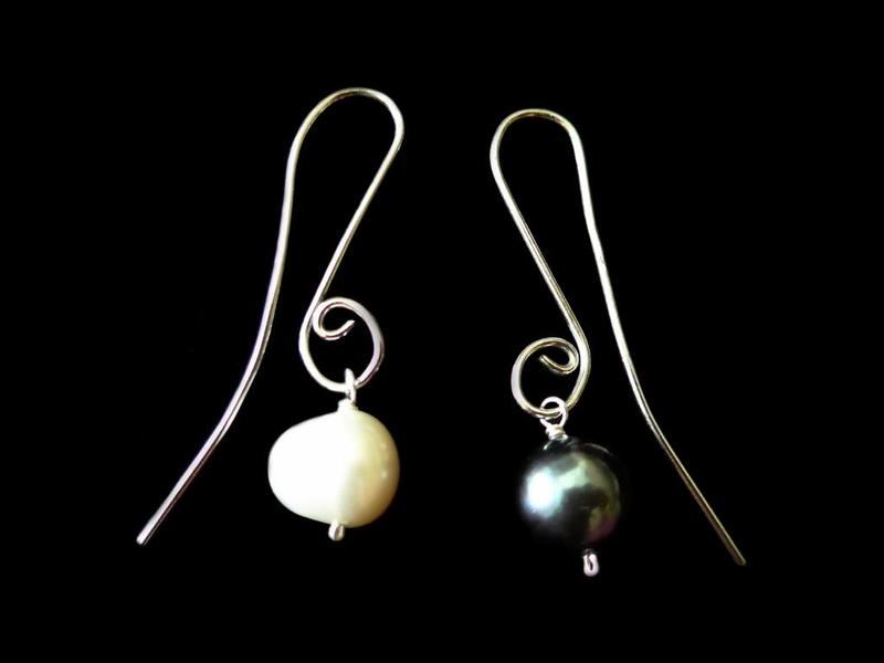 S CURVE EARRINGS WITH BLACK AND WHITE PEARLS