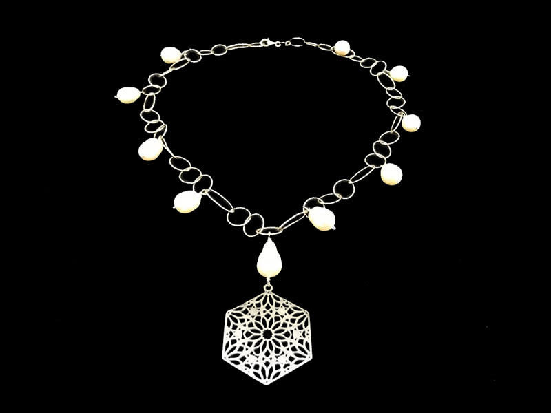 CHIAN NECKLACE WITH DROP PEARLS AND SMALL HEXAGON