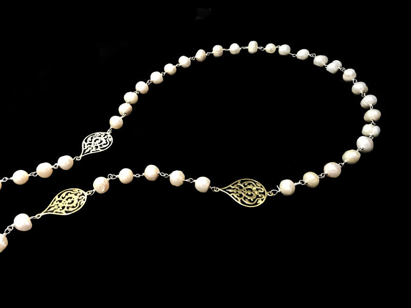 LONG PEARL NECKLACE WITH SMALL ARABESQUE MOTIFS TWO TONE