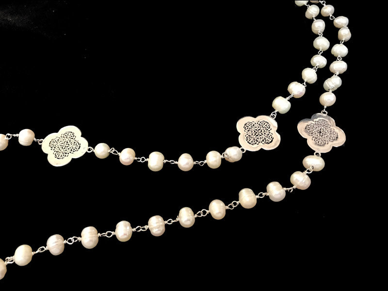 LONG PEARL NECKLACE WITH CLOVERS