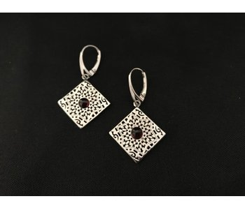 SQUARE ARABESQUE EARRINGS WITH GARNET CABOCHON