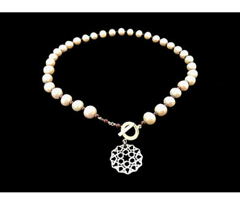 PEARL NECKLACE WITH FRONT CLOSURE AND SMALL CORDOBA MOTIF