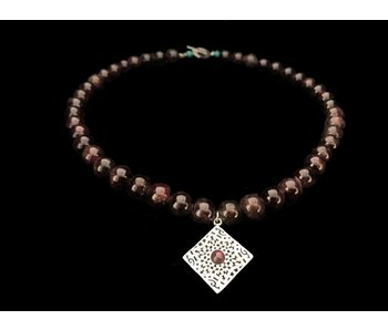 GARNET NECKLACE WITH GEOMETRIC PENDANT