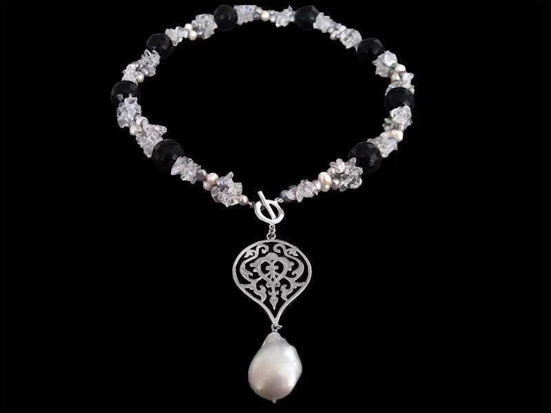 EMBROIDERED NECKLACE WITH ARABESQUE AND BAROQUE PEARL DROP