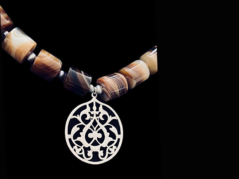 STONE NECKLACE WITH FLORAL LARGE ARABESQUE