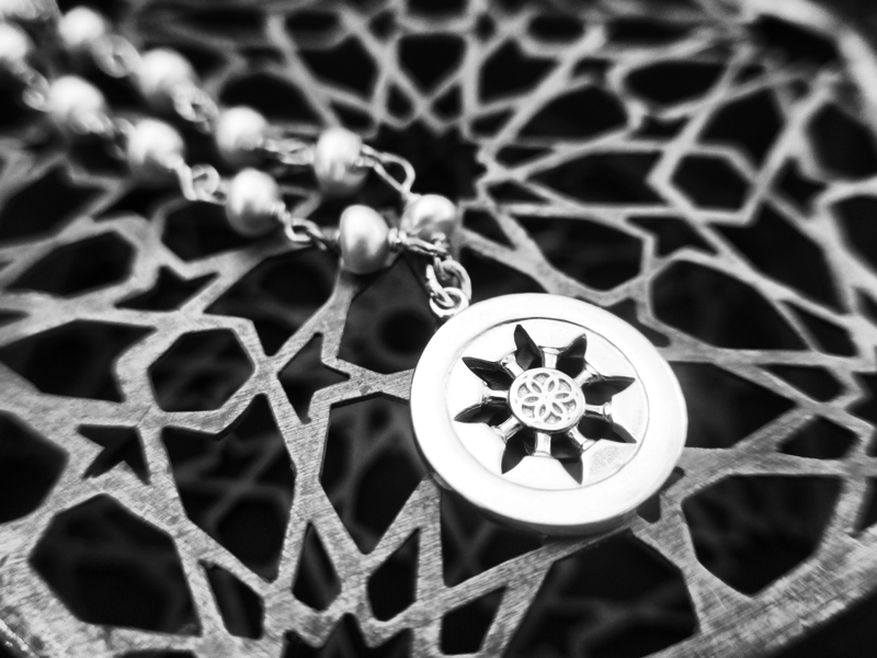STONE WIRE NECKLACE WITH SMALL ROZANA PENDANT