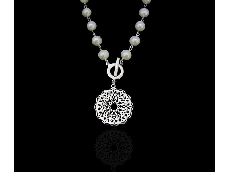 STONE WIRE NECKLACE WITH ROUND GEOMETRIC PENDANT
