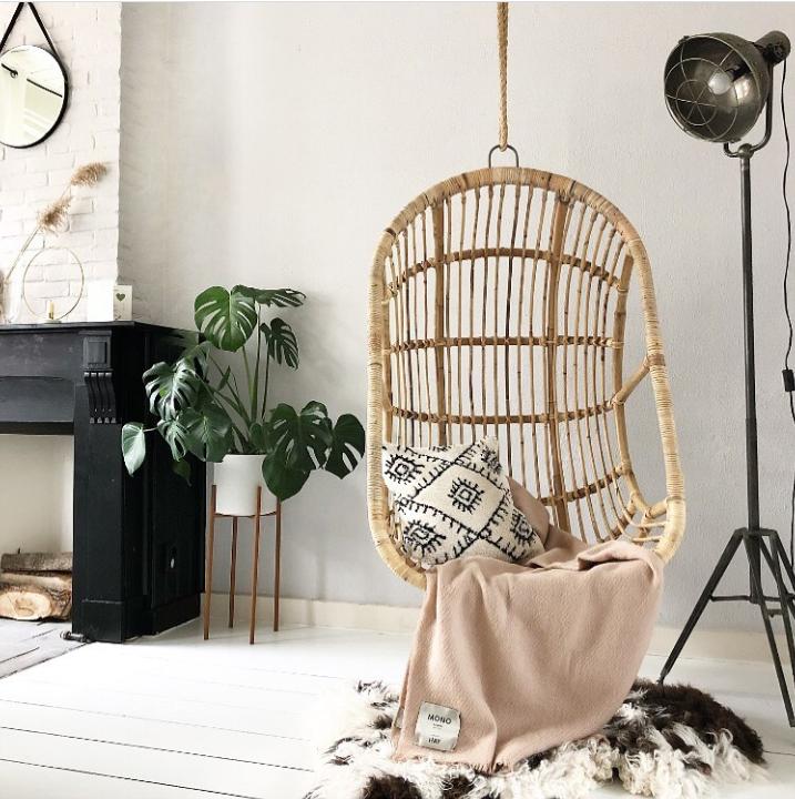 Een comfortabele zitplek met een hangstoel