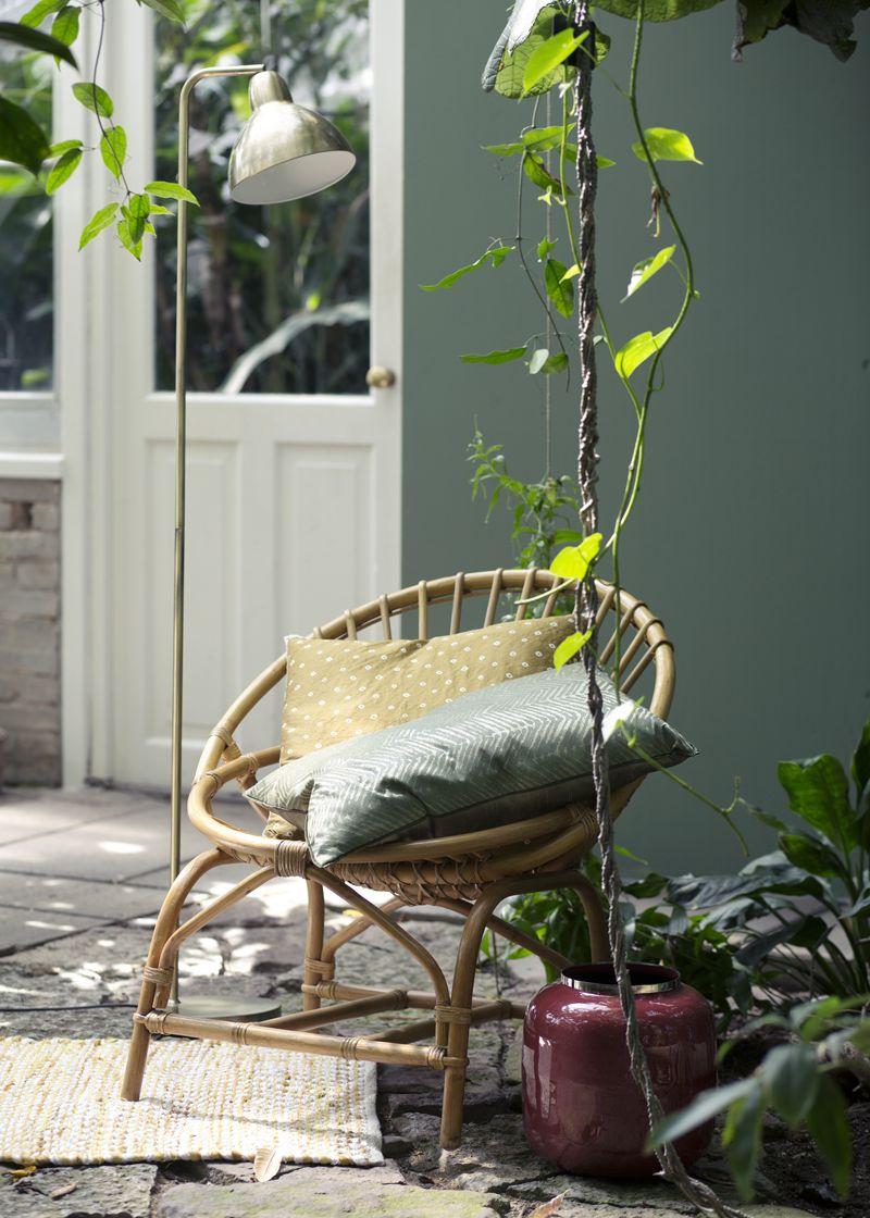 Rieten stoelen voor in de tuin