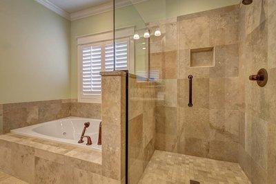 Natuursteen verven maak de tegelvloer in de badkamer weer mooi