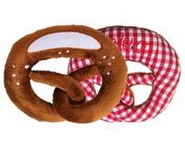 Babyrassel in Form einer Breze in rotkariert und Plüsch