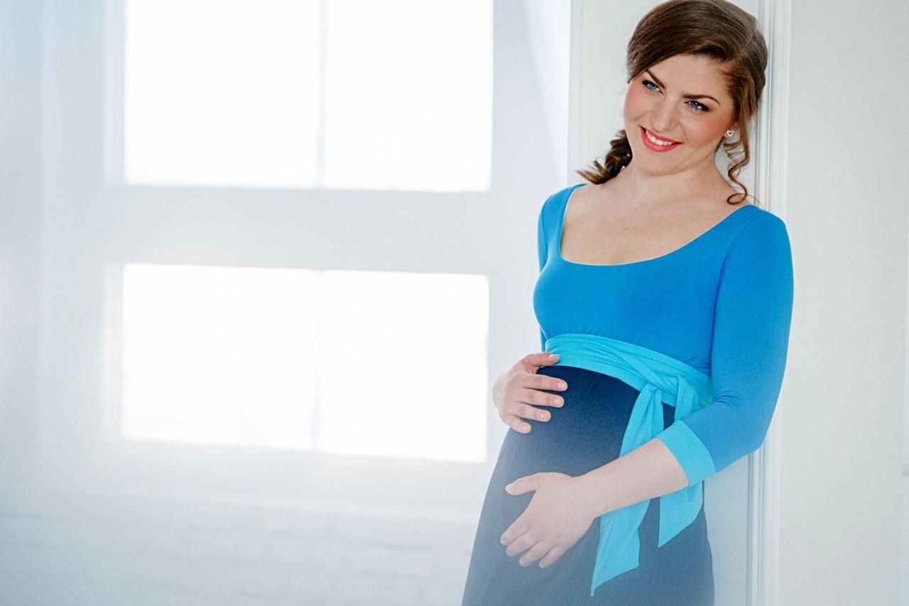 Victoria Grace schönes Umstandskleid mit Stillmöglichkeit in 3 verschiedenen blau-tönen mit Gürtel von Victoria Grace