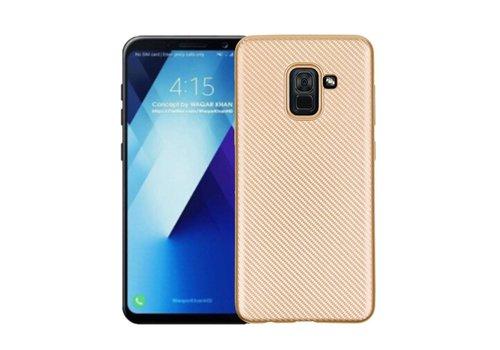 Samsung Galaxy A8 (2018) - Carbon Fiber Textuur Back Cover Hardcase - Goud