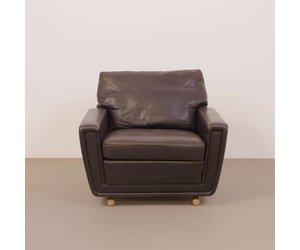 Vintage fauteuil zwart leer op wielen s de machinekamer