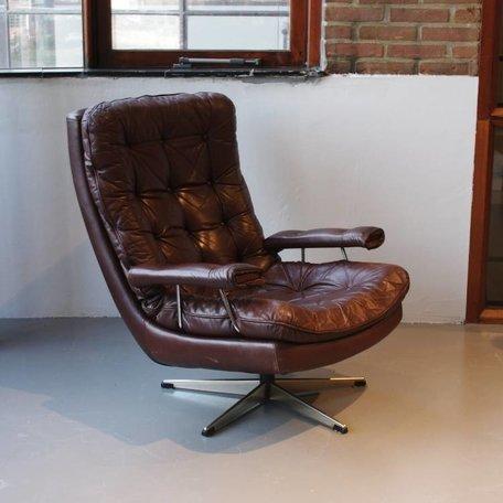 vintage leren fauteuil met veel knopen