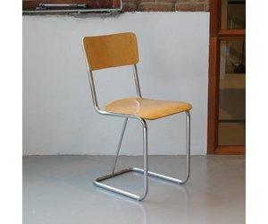 Buisframe stoel met houten zitting en rug s de machinekamer
