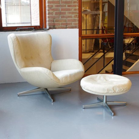 Illum Wikkelsø fauteuil model ML 214 met hocker
