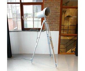 Staande industriele lamp op tripot grijs de machinekamer