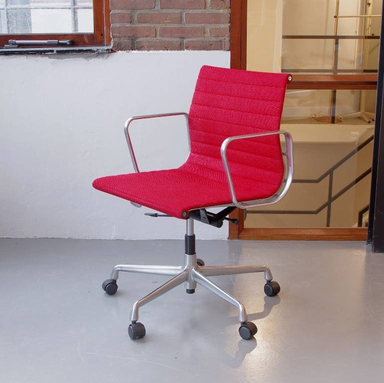 Eames Ea 117 Bureaustoel.Eames Ea117 Bureaustoel Rood Wol De Machinekamer