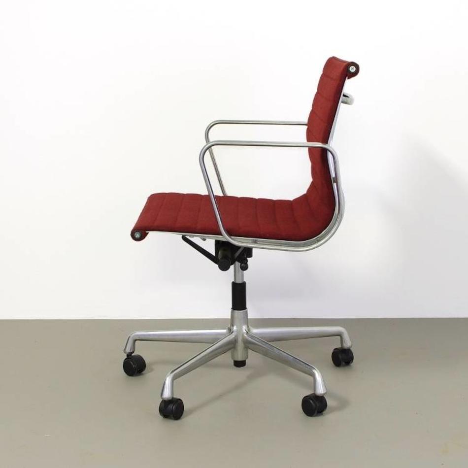 Charles Eames Bureaustoel.Eames Ea117 Bureaustoel Donkerrood Wol De Machinekamer