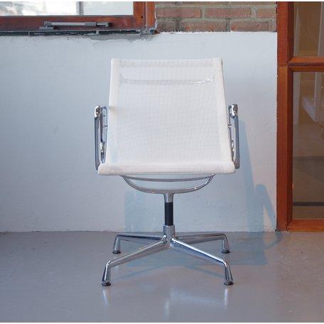 Eames EA108 stoel wit netweave Vitra