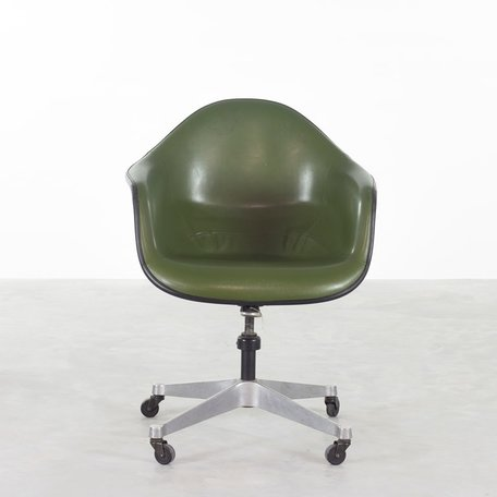 Eames white fiberglass deskchair PACC Herman Miller