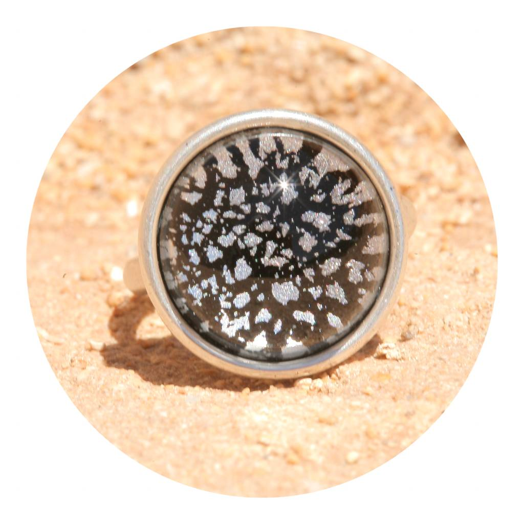artjany Ring mit einem Cabochon in black patina