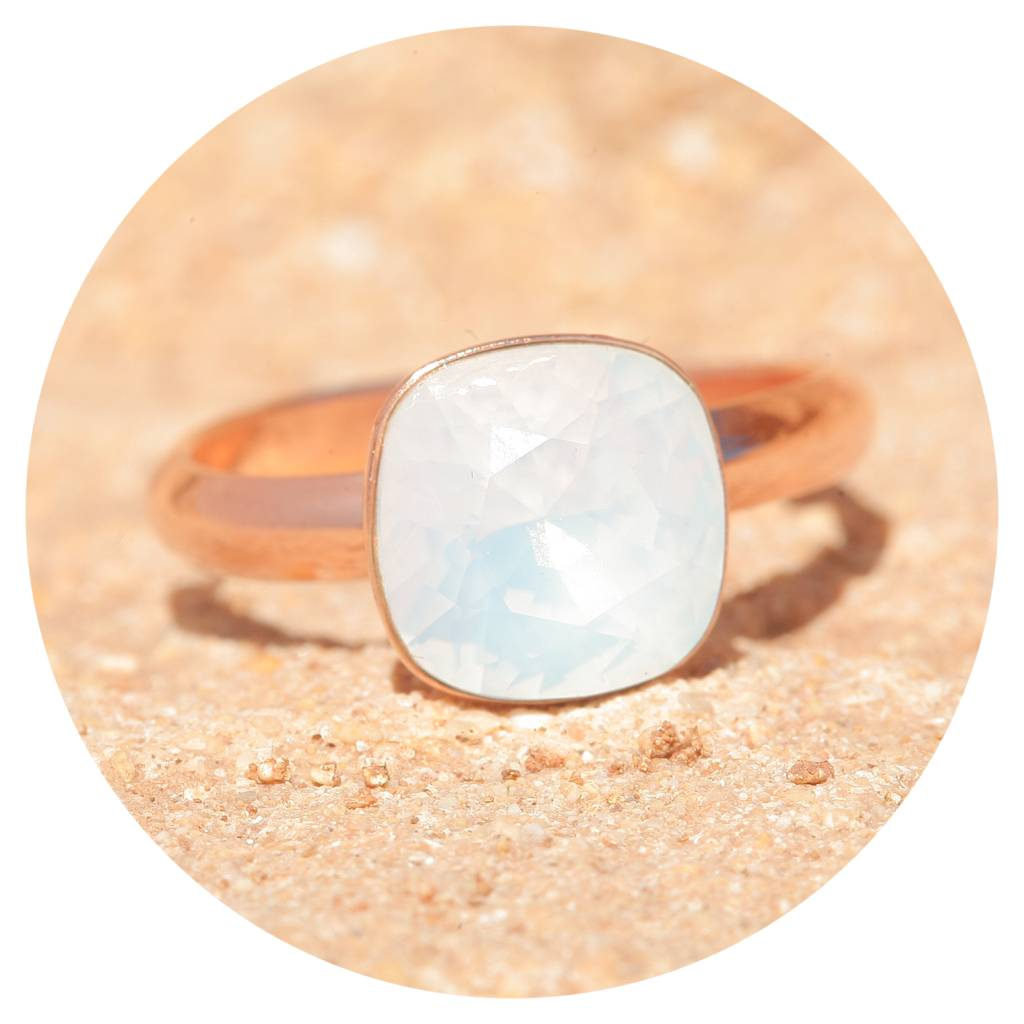 artjany Ring mit einem Kristall in white opal