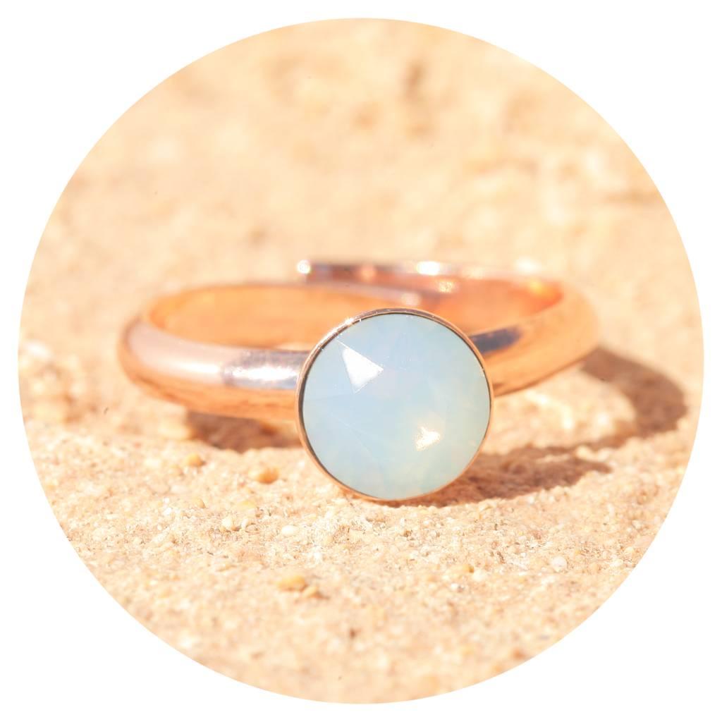 artjany Ring mit einem crystal in air opal
